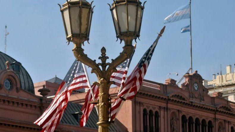 Plaza de Mayo cubierta de banderas estadounidenses