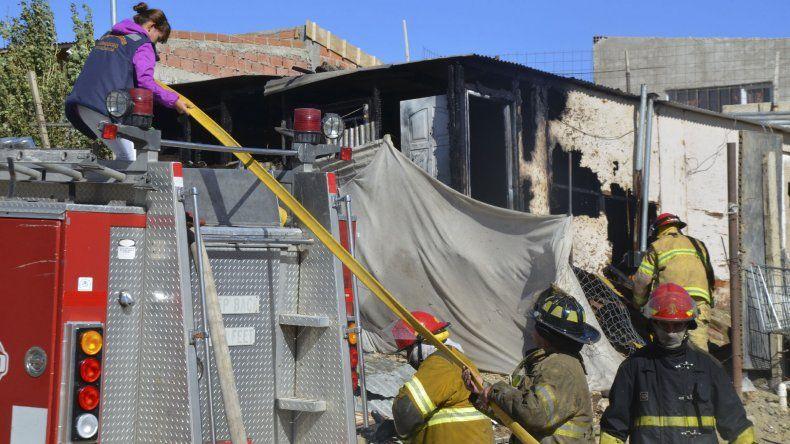 Las llamas consumieron casi toda una vivienda en la zona de La Saladita en el barrio Quirno Costa.