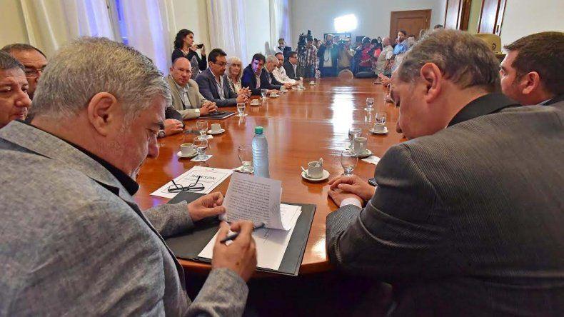 Momento de la firma del convenio en Rawson con la presencia del gobernador de Chubut y el intendente de Comodoro Rivadavia.