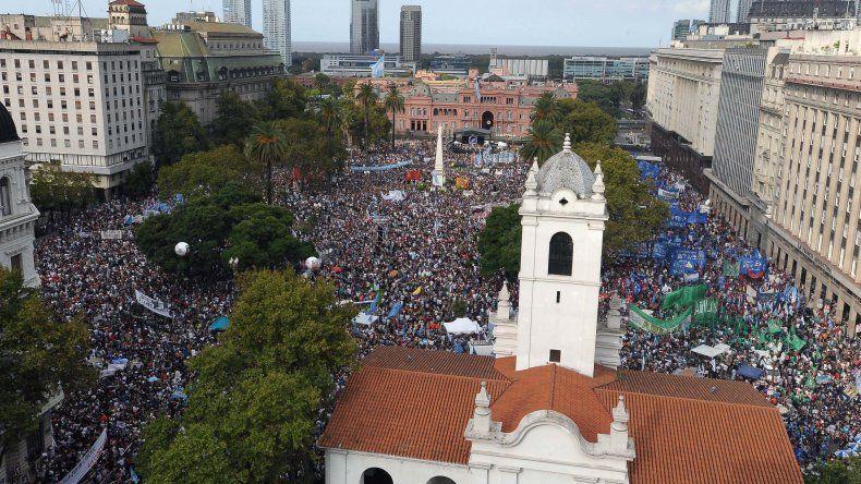 Mientras la Plaza de Mayo se llenaba