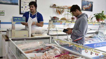 Se intensifican las ventas en pescaderías de Caleta Olivia ante la llegada del Viernes Santo.