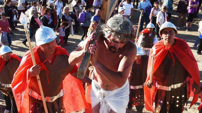 El Viernes Santo se celebró con el Vía Crucis en la mayoría de las parroquias de Comodoro