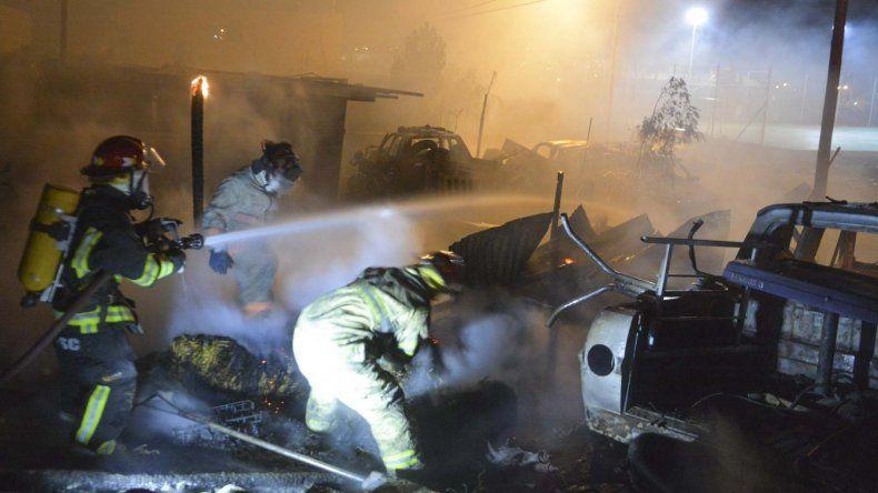 Una dotación de bomberos sofocó las llamas en el galpón–caballeriza del individuo que se encuentra detenido acusado de someter sexualmente a una niña.