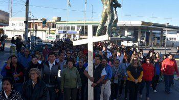 En Caleta Olivia, el vía crucis protagonizado por cientos de fieles católicos unió las parroquias San Juan Bosco y Virgen del Valle.