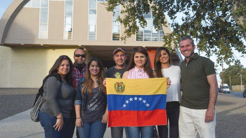 Un puñado del grupo de venezolanos que habita en suelo comodorense.