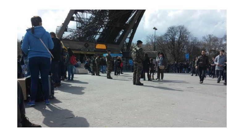Evacúan la Torre Eiffel por miedo a un atentado