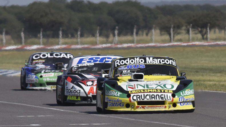 Omar Martínez es perseguido por Guillermo Ortelli y Gastón Mazzacane.
