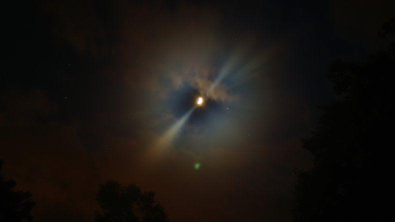 La Luna, Saturno y Marte formarán hoy una punta de flecha en el firmamento