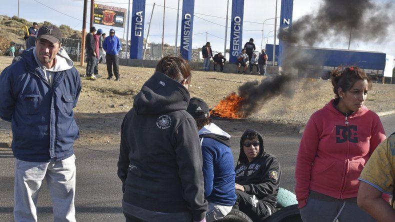 Los trabajadores de la Fundación Santa Cruz Sustentable bloquearon el acceso norte por dos horas en la rotonda ubicada frente a la playa de tanques petroleros de Termap.