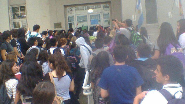 Estudiantes se movilizaron en reclamo de bonos