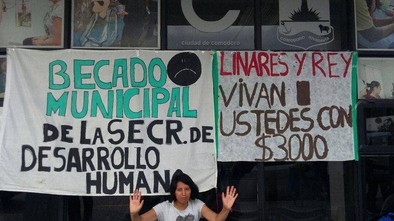 Los becados de Desarrollo Humano  piden su pase a planta del municipio