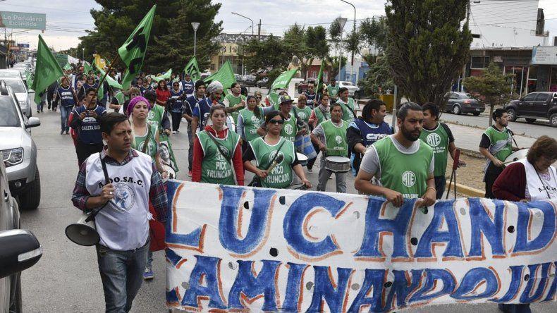 Los manifestantes marcharon por las calles céntricas de Caleta Olivia adhiriéndose al paro nacional convocado por la CTA