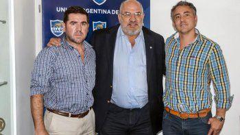 Walter Ñonquepán junto a Carlos Araujo, presidente de la UAR, y Daniel Albarracín luego de la reunión de ayer en Buenos Aires.