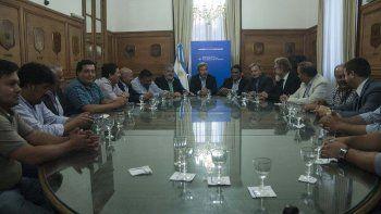 La reunión del 1 de febrero donde se estableció un acuerdo petrolero para afrontar la crisis de la industria en la cuenca del Golfo San Jorge.