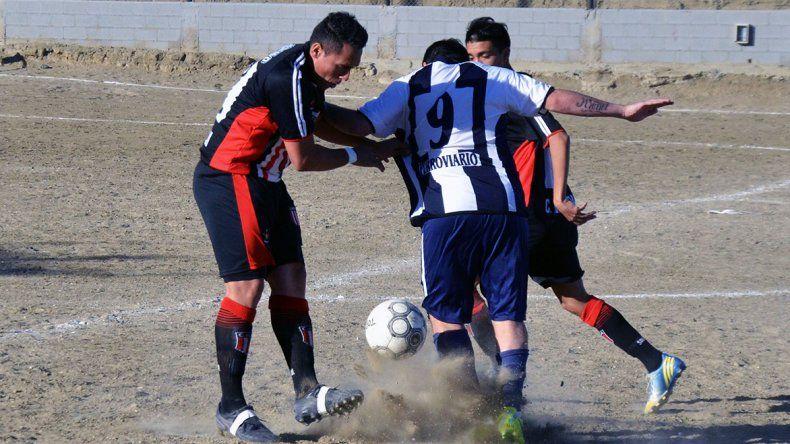Nicolás Daibes intenta pasar entre Franco Santana y Juan Pablo Scharzenberg.