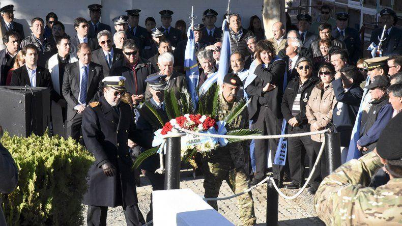 Durante la ceremonia se depositaron diferentes ofrendas florales para homenajear a los caídos en la guerra de Malvinas.