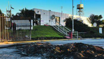 El estado que presentaban ayer las instalaciones de San Antonio a partir de la quema de cubiertas.