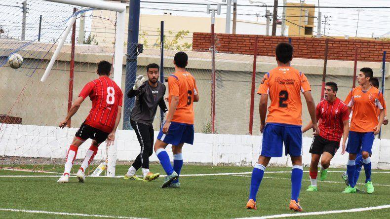 Sebastián Bonfili (8) ya conectó la pelota al fondo del arco y abre la victoria del Globo en Kilómetro 5.
