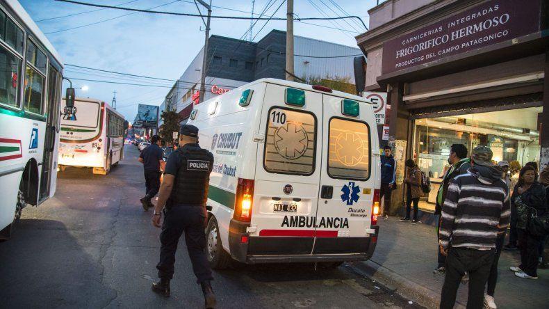 El herido fue trasladado en una ambulancia al Hospital Regional.