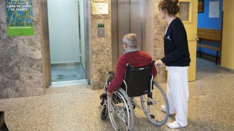 Abuelo se quedó sin luz y gas porque la mujer que tenía que cuidarlo lo estafó