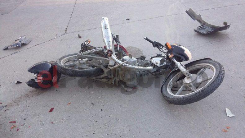 Un motociclista chocó contra un auto y fue hospitalizado