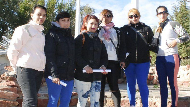 Parte de las mujeres inscriptas en el Plan Techo Digno que se presentaron en el municipio para continuar con el reclamo.
