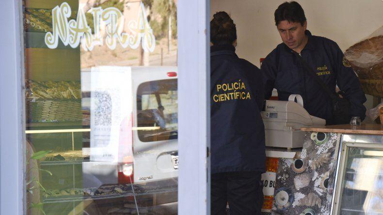 La Policía Científica levanta huellas en la panadería donde el domingo se produjo el robo.