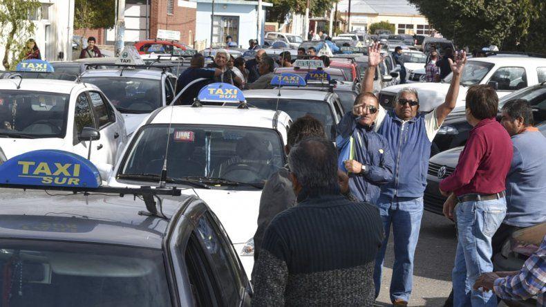 Decenas de taxistas bloquearon con sus autos la calle 25 de Mayo reclamando un ajuste en las tarifas. Por ahora sólo lograron una respuesta parcial.