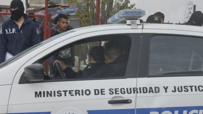 El personal de la Brigada se lleva detenido a Pablo Levien