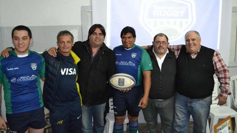 Sarmiento Rugby presentó su nueva indumentaria con dirigentes