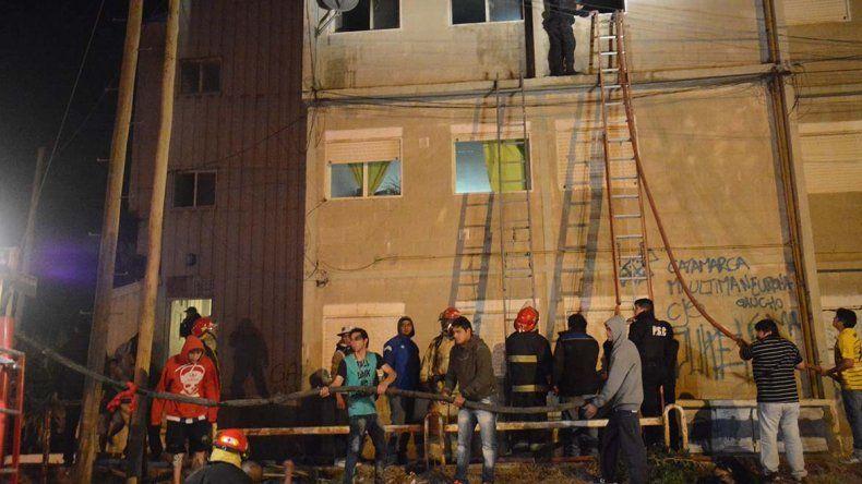 Bomberos de las unidades 5ª y 16ª sofocaron las llamas del interior de una habitación del departamento F de la escalera 45 del barrio Gobernador Gregores.