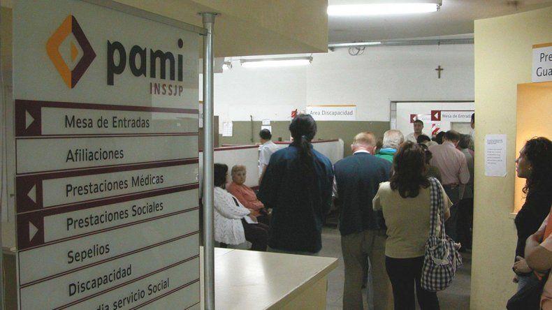 Otra vez los abuelos en el medio. Anoche el Colegio Médico decidía si cortaba la prestación de PAMI por una deuda de $8 millones.