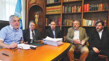 Mario Das Neves junto a los ministros Víctor Cisterna y Pablo Oca, así como los representantes del Banco de Chubut, Julio Ramírez y Pablo Das Neves.