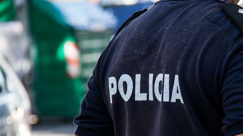Un policía golpeo a otro por maltratar a su hijo