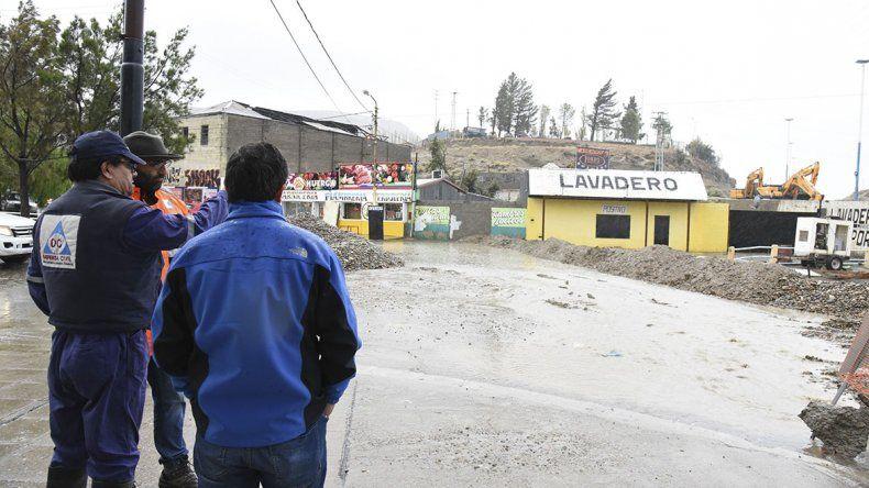 Personal municipal evalúa la situación en el sector de Km 3 donde se construye el pluvial de la avenida Quintana.