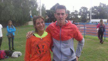 Natalia Robledo junto al mejor corredor de 800 metros de la historia, Luis Migueles, luego de conseguir la medalla de plata individual y postas de 4x400 y superar su propia marca.
