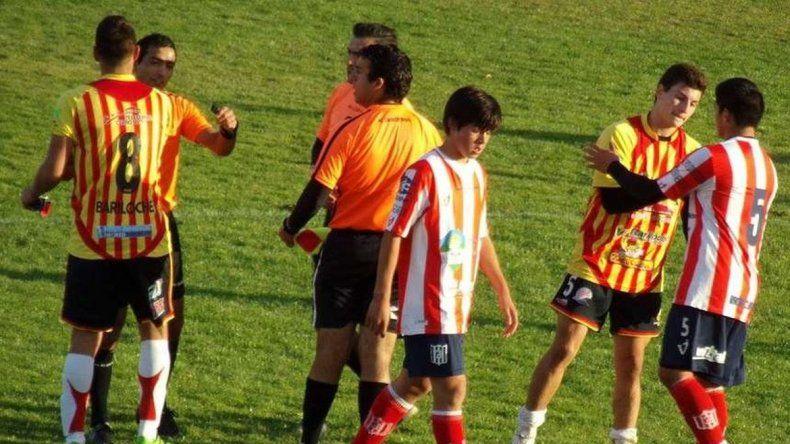 Debutó en un torneo de AFA con un equipo de Chubut con solo 13 años