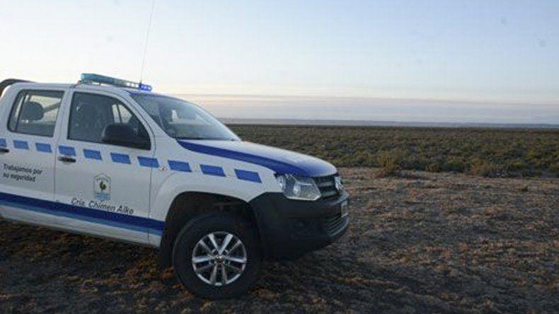 Un móvil de la comisaría de Chimen Aike custodiaba el predio donde se halló el cadáver.
