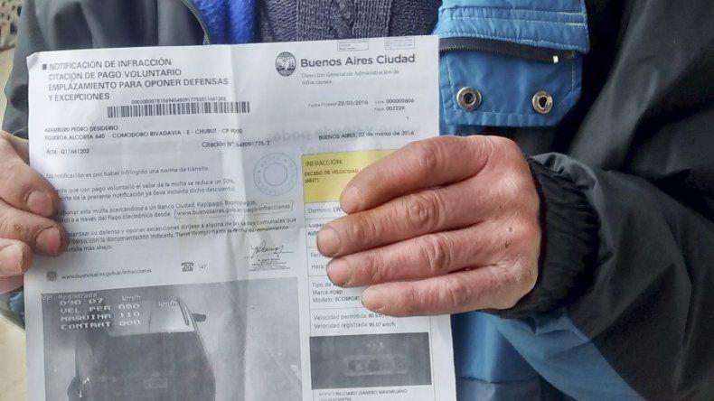 Pedro Aramburu exhibe la foto-multa que le llegó desde Buenos Aires.