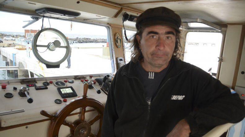 Enrique Purins a bordo de la embarcación que le demandó más de diez años construir.