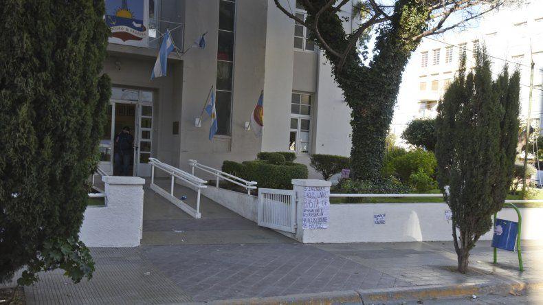 En las puertas de la Municipalidad ayer hubo otra protesta de los becarios.