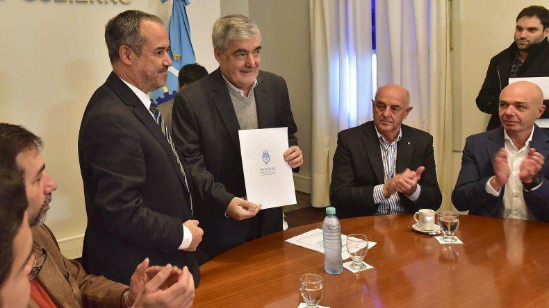 El gobernador firmó el convenio de colaboración conjunta con Roberto Moro