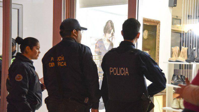 La policía recolectó pruebas y testimonios para tratar de identificar al ladrón de la boutique.