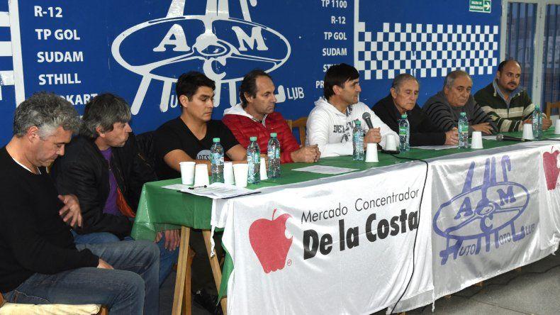Pilotos y dirigentes del automovilismo regional en la presentación de la 3ª fecha en la tarde de ayer.