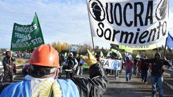 Alrededor de las 11, la seccional Sarmiento de UOCRA llegó al cruce de Ruta 3 y 26 para acompañar el reclamo.