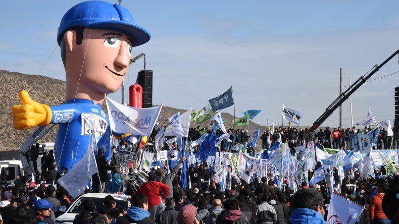 Desde Santa Cruz aportaron el muñeco gigante para darle color a la manifestación.