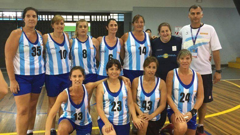 Lucía Uremovich -camiseta número 14- sumó su segunda participación con la Selección Argentina de Maxi Básquet.