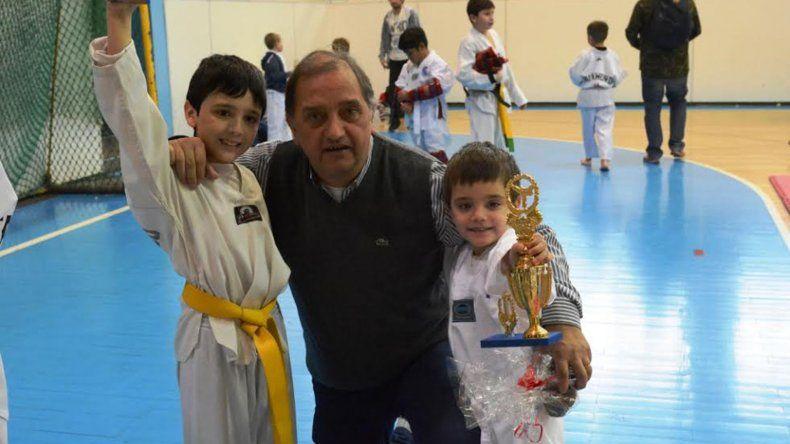 El intendente de la ciudad Carlos Linares con dos pequeños taekwondistas en el gimnasio municipal 1.