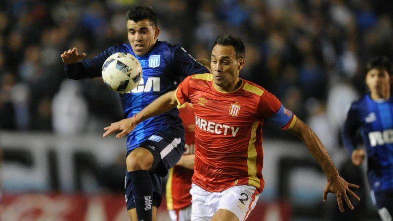 Leandro Desábato con el balón marcado por Marcos Acuña en el partido jugado anoche en Avellaneda entre Racing y Estudiantes.