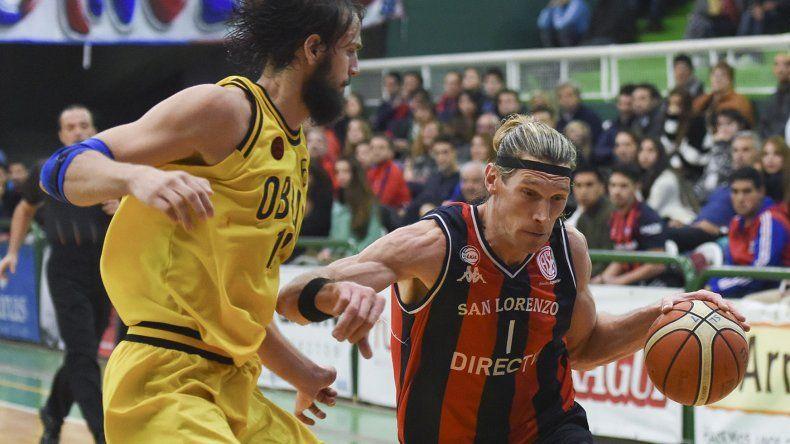 Walter Herrmann se lleva el balón marcado por Marcos Delía.